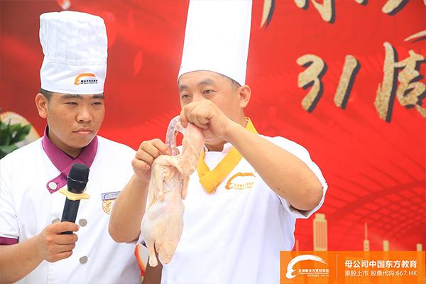 """天津新东方烹饪学校""""百人整鸭脱骨""""!"""