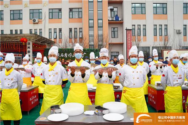 """天津新东方烹饪学校""""整鱼脱骨"""""""